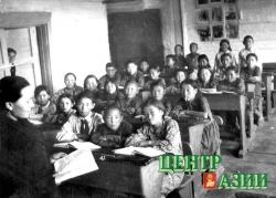 Урок русского языка у третьеклассников Булун-Терекской школы ведет Софья Андреевна. На первой парте в центре – Саша Даржай. 1955 год.