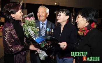 С поклонницами. 5 ноября 2009 года. Празднование 65-летнего юбилея Народного писателя Республики Тыва Александра Даржая, родившегося 3 ноября 1944 года в селе Суг-Аксы.