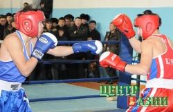 В этом финальном поединке Аян Донгак, воспитанник ДЮСШ Агентства по физической культуре и спорту РТ (справа) одержал победу над Игнатом Сазанаковым из г. Абакана и стал чемпионом в весовой категории весе до 60 кг