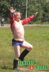 Танец орла исполняет Куулар Даржа. На первом чемпионате ветеранов хуреша во время Надыма-2006 он был старейшим из участников: 74 года. 13 августа 2006 года.