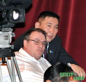 Сергей Конвиз (внизу) в бытность советником экс-спикера Василия Оюна. 20 мая 2009 года.