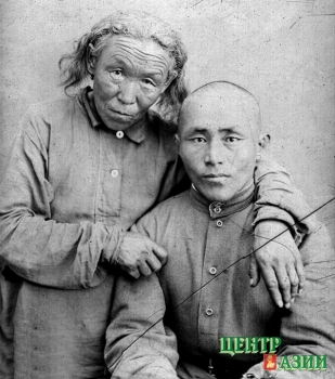 Это мои отец и бабушка!