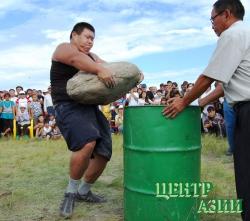 Каменный силач – из Кызыла, львы хуреша – из Сут-Холя