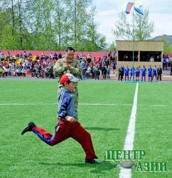 Второклассник Чингис Монгуш первым ударил по мячу на новом футбольном поле в Ак-Довураке