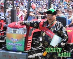 Семнадцати животноводам – чемпионам Наадыма – мини-тракторы, победителю скачек Омаку Комбу Эрзинского района – автомобиль «Джип»