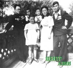 Всей семьей на даче: Салчак Тока и Хертек Анчимаа-Тока с детьми – Вовой, Витей, Аней, Валентином. 1949 год.