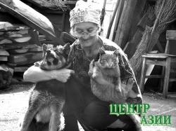 Елена Ивановна Тутатчикова (Голубева) и ее животные, которых она подобрала на улице и приютила: Сента и Рыжик. 2005 год.