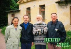 Илья Захаров с ученицей Чодурой Доржу и коллегами в Санкт-Петербурге. Биологический институт. 1998 год
