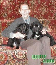 Илья Захаров с двухмесячными щенками тувинской овчарки, прибывшими из Тувы в январе 2003 года.
