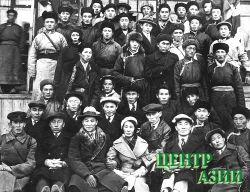 Члены ЦК Тувинского Революционного Союза Молодежи, избранные на VI съезде ревсомола. Сергей Красный – стоит слева в третьем ряду. Второй справа в первом ряду – Степан Сарыг-оол, рядом Хертек Анчимаа (Тока). 2 ноября 1937 года.