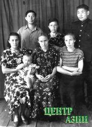 Родные люди. Сергей Красный (стоит слева), сидят слева направо: его жена Варвара (в девичестве Михайлова), ее сестра Александа, сестра Зинаида, рядом ее муж – Николай Чыртай-оол. 1956 год.