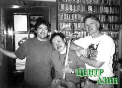 Друзья Конгар-оол Ондар и Ральф Лейтон в студии Бела Флека (слева). Штат Колорадо, 1999 год