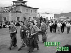 Тензин Чинба с группой священнослужителей в Чадане у вновь отстроенного храма Алдыы-Хурээ. Июль 2004 года