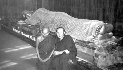 Тензин Чинба с монахом-индусом у статуи Будды Шакьямуни «Уход в нирвану». Индия, 2001 год