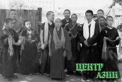 Буян Сандык с хуураками (учениками) готовятся к встрече учителя. Кызыл, 1998 год