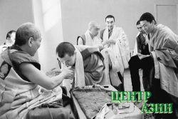 Принятие обета монаха-гелонга у Ело Римпонче, выдающегося мастера, имеющего четвертое перерождение Ело Тулку (Далай-лама XIV, соответственно, перерождался 14 раз). Индия. 2000 год