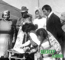 Торжественная регистрация брака на родной стоянке, у юрты, подаренной молодоженам Сергею и Наталье Ынаалай. Эрзин. 1973 год