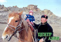 Со своим лучшим конем Калчан-Хоором и маленькой внучкой Дамырак. 2003 год.Фото Владимира Савиных