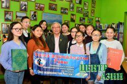 В библиотеке-музее Союза журналистов Тувы прошла встреча начинающих с ветераном пера и фотоаппарата Хенче-Кара Монгушем