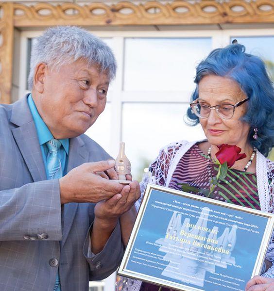 Заслуженные журналисты России Надежда Антуфьева и Александр Шоюн вручили агальматолитовые перья